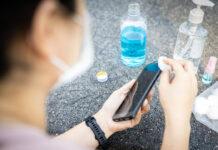Коли та як чистити телефон під час спалаху коронавірусу COVID-19