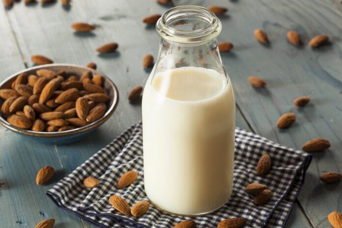 Чи корисне мигдальне молоко? Переваги рослинного молока та особливості його вживання