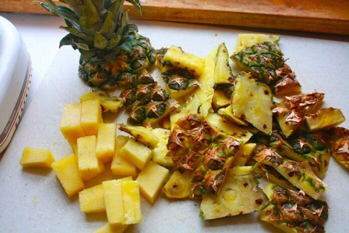 6 креативних варіантів використання ананасових шкірок